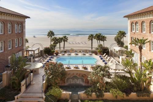 Basen pomiędzy budynkami hotelu Hotel Casa del Mar, Stany Zjednoczone