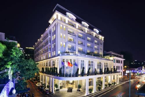 Oświetlony nocą hotel de lopera hanoi