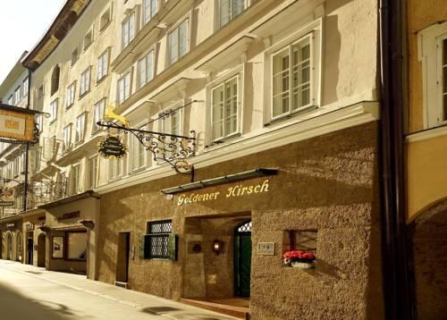Niepozorne wejście do hotelu goldener hirsch