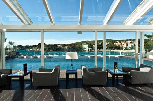 Fotele z widokiem na basen w hotelu Ile Rousse
