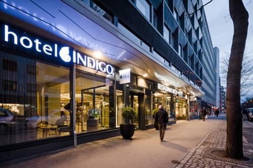 Wejście do hotelu Indigo oraz przechodzacy obok ludzie