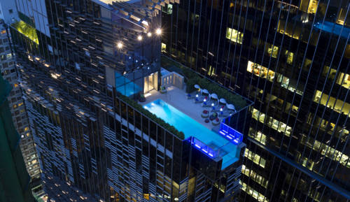 Basen na dachu Hotelu Indigo w Hong Kongu