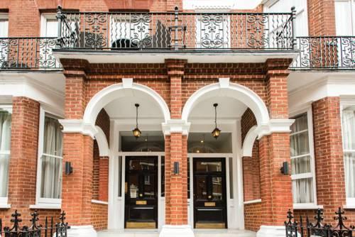 Gustowne wejście do hotelu Indigo w Londynie oraz taras