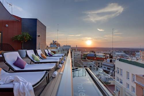 Zachód słońca widoczny zleżanka w hotelu Hotel Indigo Madrid, Hiszpania