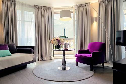 Fiotelowy fotel idealny do czytania ksiązki w hotelu Indigo w Paryżu