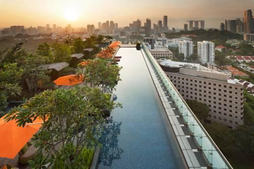 Basen na dachu z zielenią w hotelu Jen Orchardgateway w Singapurze