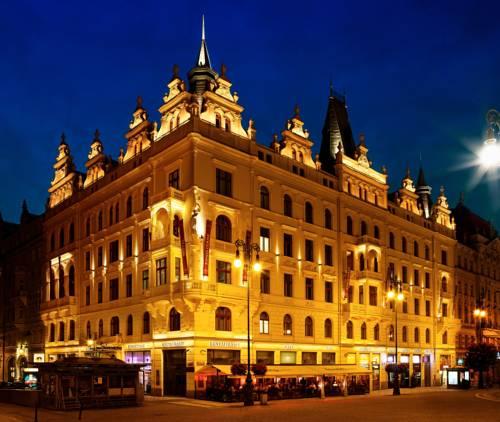 POkażny budynek Hotelu Kings Court w samym centrum Pragi, Czechy