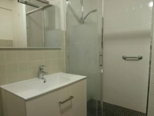 wprysznic w łazience w hotelu Le Café de Paris