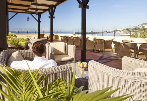 Kobieta odpoczywająca na tapczanie w hotel porto santa maria
