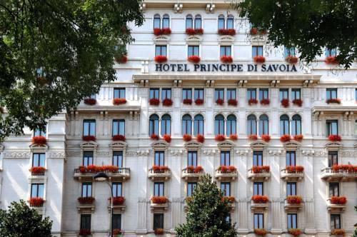 Czerwone kwiaty w hotel principe di savoia