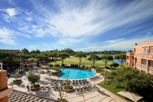 Basen w otoczeniu cudownych drzew przy hotelu Hotel Quinta da Marinha Resort, Portugalia