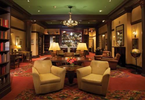 Pokój z barkiem oraz regałami z książkami w hotel rex joie de vivre boutique hotel