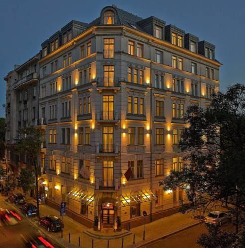 Hotel na roku oświetlony nocą, hotel rialto