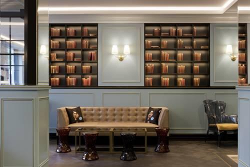 Kącik z książkami w hotel rotary geneva mgallery collection