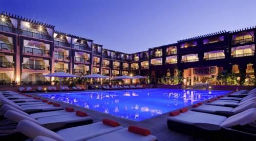 Leżaki nad basenem hotelu Ryads barriere le naoura