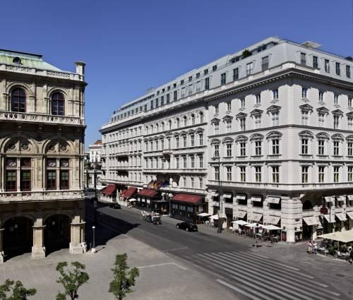 Hotel w środku miasta pośród innych kamieniczek, hotel Sacher w wiedniu