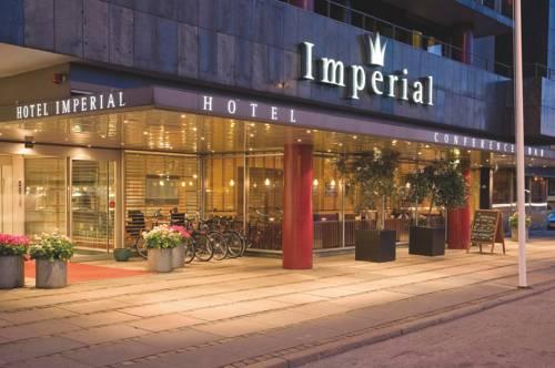 Główne wjeście i rowey przed hotelem Imprial Hotel