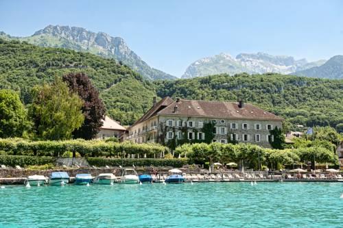 Cudowny hotel i abbay de talloires w pobliżu gór