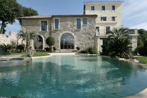 Basen dla wszystkich gości hotelu Le Domaine De Verchant Relais Chateaux