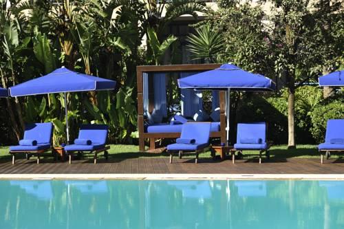 Niebieskie leżaki w Le Médina Essaouira Thalassa sea & spa-MGallery by Sofitel, Maroko