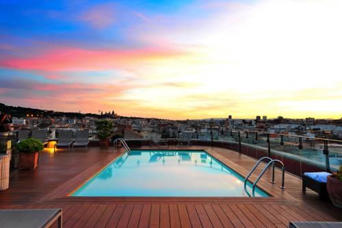Basen na tarasie przy zachodzie słońca le meridien barcelona