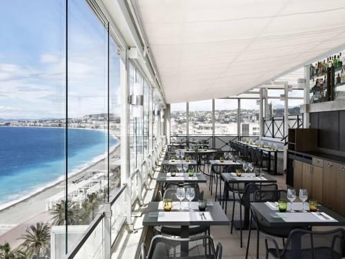 Miejsce posiłku z widokiem na plazę w Meridiene Nice