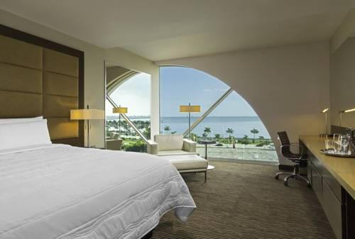 Sypialnia z widokiem na plażę w Le Meridiene Panama