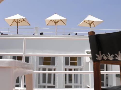 Taras z parasolkami w hotelu Riad Monceau, Maroko