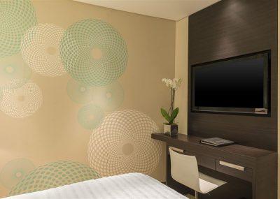 Pokój z telewizorem w le royal meridiene beach resort and spa