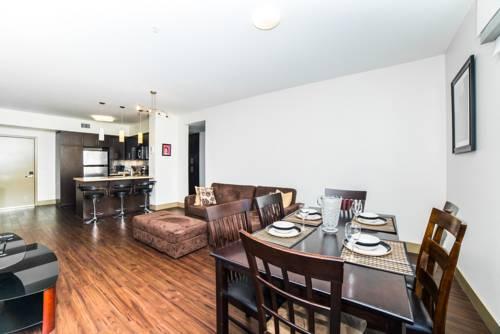 Apartament wraz ze stołem jadalnym w Loews Hollywood Hotel, Stany Zjednoczone