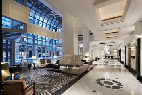 Główny hol w loews hotel vogue z czarnobiała posadzką