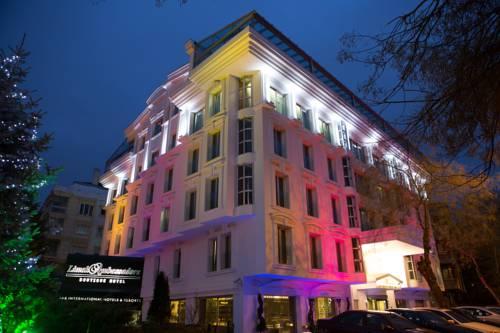 Kolorowe oświetlenie budynku lugal a luxury collection hotel ankara
