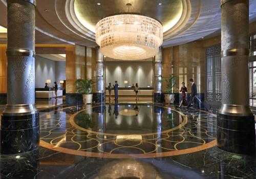 Główny hol w Mandarin Oriental Kuala Lumpur z marnurową posadzką