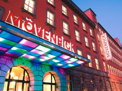 Kolorowe lampy przed hotelem Mövenpick Hotel Berlin, Niemcy