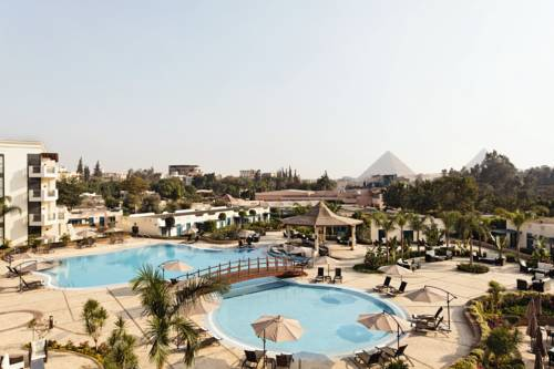 Cudowny basen i miejsce z leżakami w hotelu Moevenpick Hotel Cairo Pyramids z widokiem na piramidy