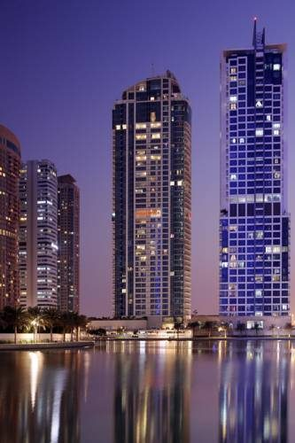 Odbicia w wodzie moevenpick hotel jumeirah lake tower
