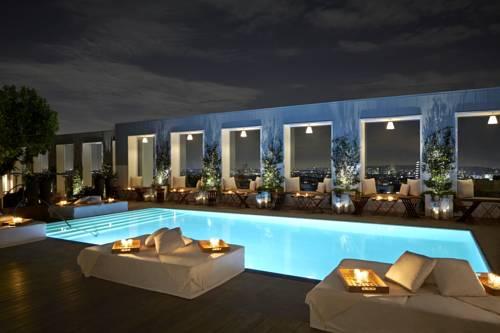 Noc przy hotelowym basenie
