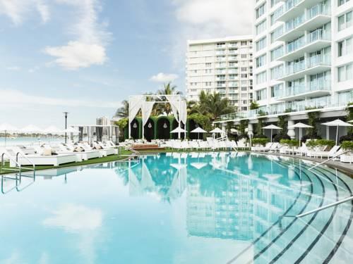 Biały hotel z dużym basenem w Mondrian