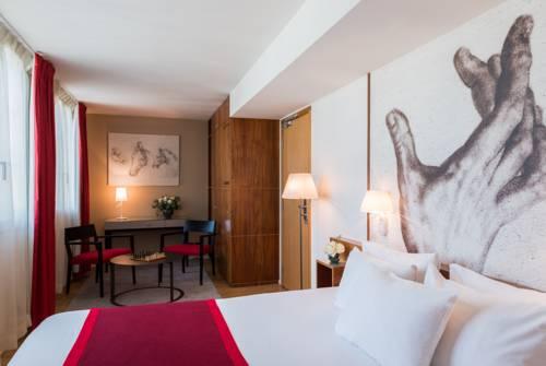 Wnętrze pokoju z gustownym rysnukiem na ściane w Hotelu monna Lisa Champs elysees