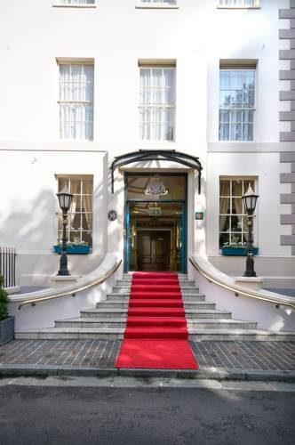 Wejście z czerwonym dywanem w old government house hotel