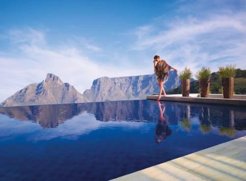 Kobieta nad basenem w hotelu cape town