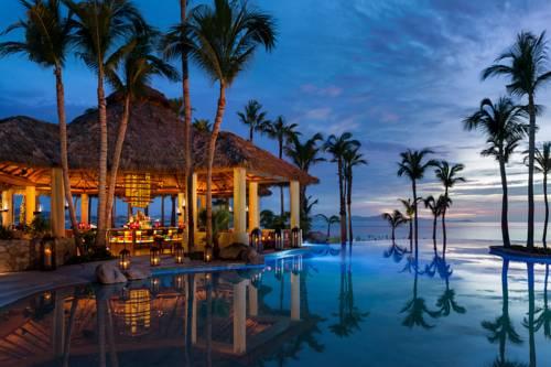 Bar przy basenie z palmami w hotelu palilla