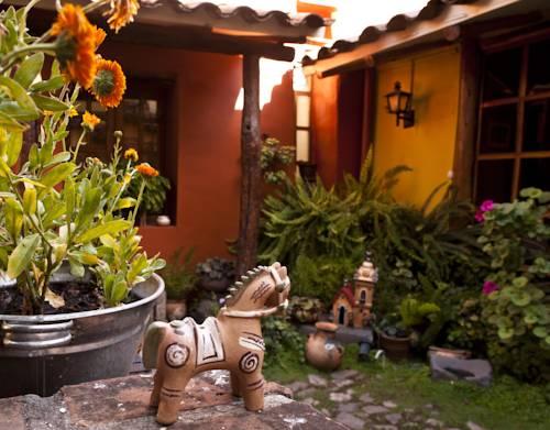 Figurki w ogrodze w hotelu Palacio del Inka, a Luxury Collection Hotel, Cusco, Peru