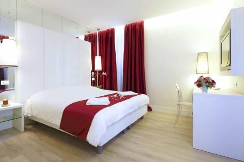 Pokój dla zakochanych z czerwonymi dodatkami w hotelu Palazzo Manfredi, Włochy