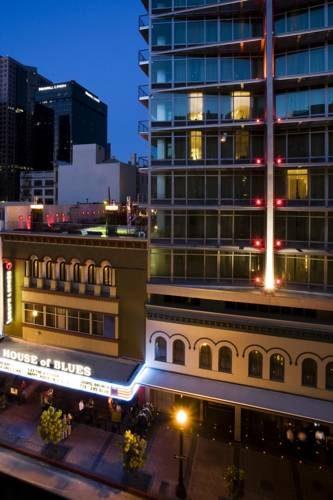 Hotel Palomar w San Diego oświetlony nocą