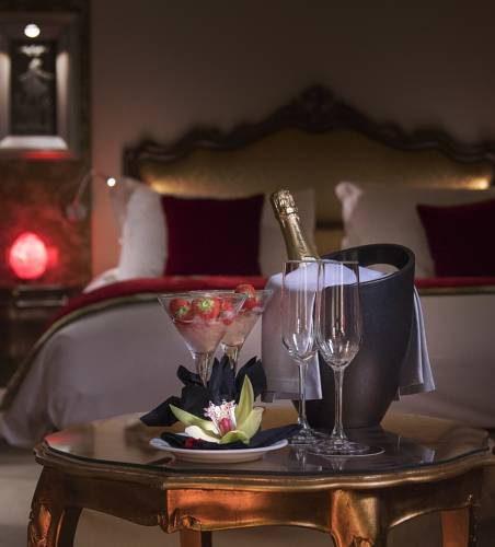 Drini i szampan w pokoju w papadopoli venezia mgallery collection