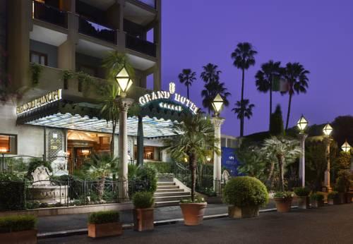 Wejści edo Grand Hotelu otoczone roślinnością