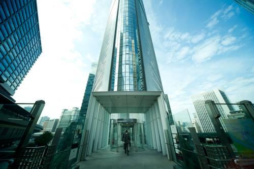Główne wejście do przeszklonego budynku Park Hotel Tokyo, Japonia