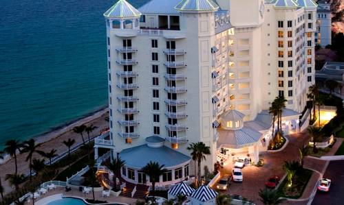 Widok na wysoki hotel pelican grand beach resort a noble house z widokiem na morze