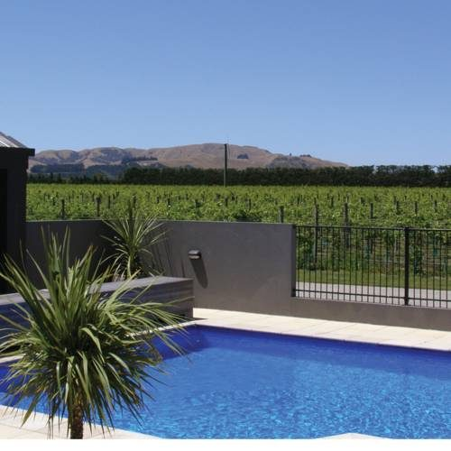 Basen hotelu peppers parehua martinborough z widokiem na rosnące winogrona